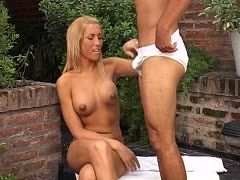 Blonde Tranny beim intensiven Fellatio