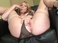 Mollige Bitch auf dem Sofa in schwarzen Nylons gefickt