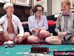 Amateur Lesben beim Strip Poker