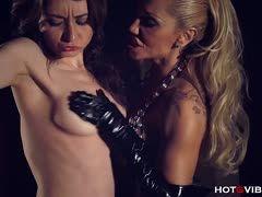 videos Dame mit schnen Titten wird von einer Domina gefoltert